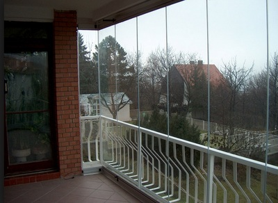 The Porolet systems are extremely resistant to wind and impacts.  Porolet was the first company in Europe to get the CE-marking for its balcony glass systems.